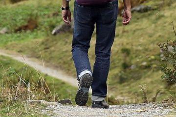 Homme qui marche en montagne vu de dos