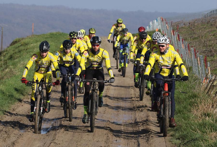 Cyclistes de l'Etoile cycliste de Château-Thierry dans les vignes