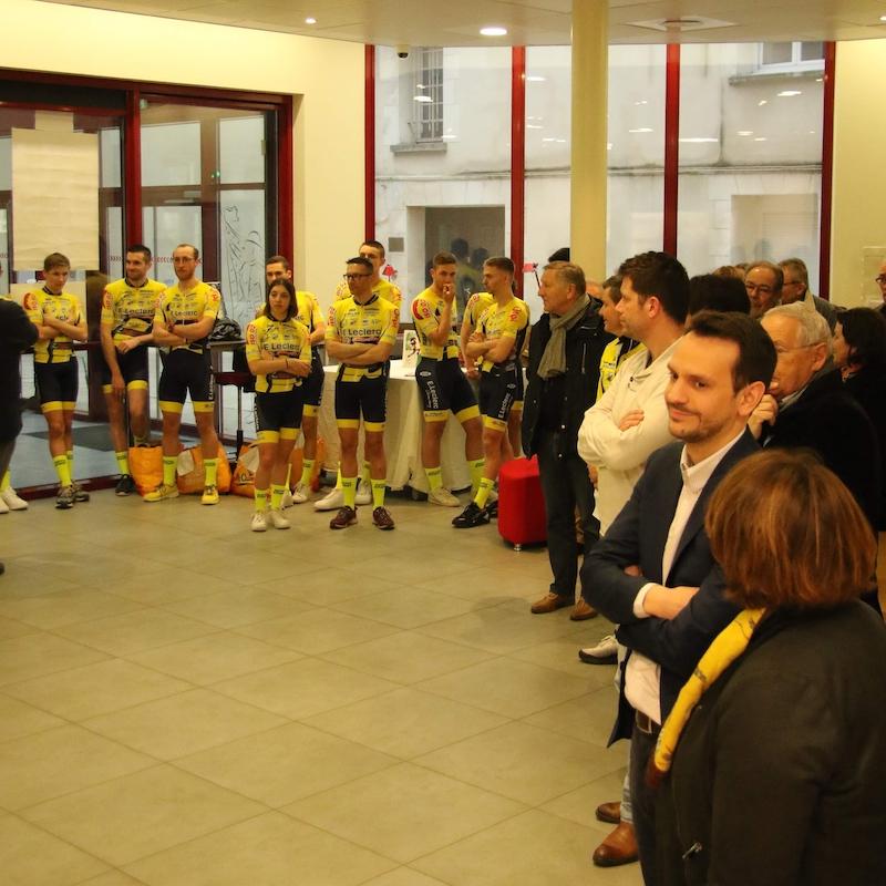 Membres de l'étoile cycliste de château-thierry et élus municipaux