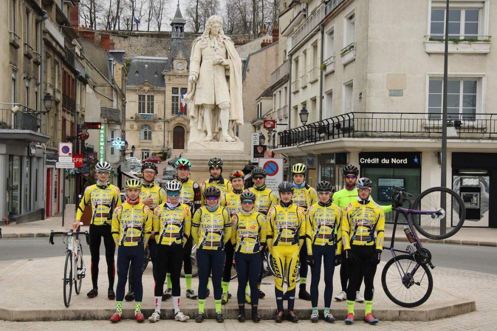 Membres de l'étoile cycliste devant la statut de jean de la Fontaine à Château-Thierry
