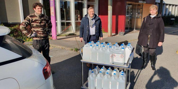Distribution de gel hydroalcoolique devant l'hôpital de Château-Thierry