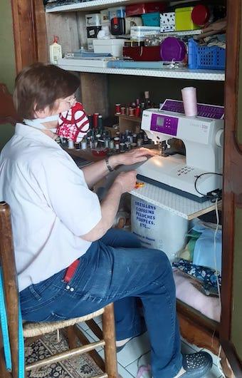 Membre du rotary en train de confectionner une sur blouse covid19