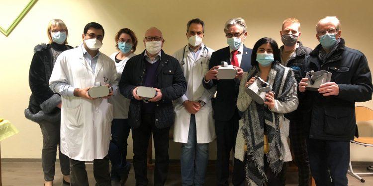 L'équipe du Lions Club donne des casques de réalité viurtuelle