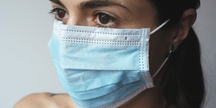 Femme portait un masque anti COVID 19